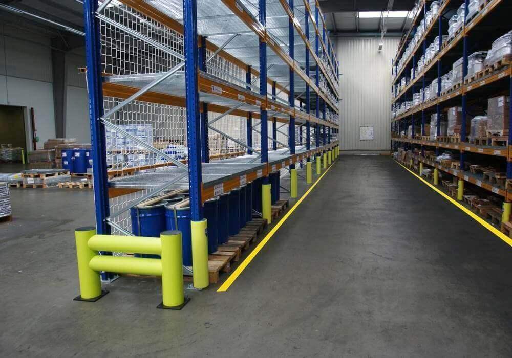 Защита стеллажей от погрузчика на складе: отбойники для стоек для защиты